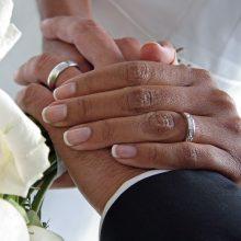 couple-wedding-rings